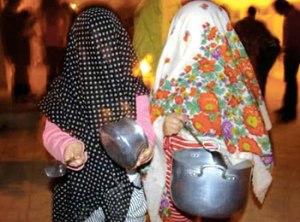 """Durant le """"mercredi enflammé"""", les enfants se déguisent et tapant sur des casseroles, frappent à la porte des voisins pour recevoir des sucreries et des petits cadeaux"""